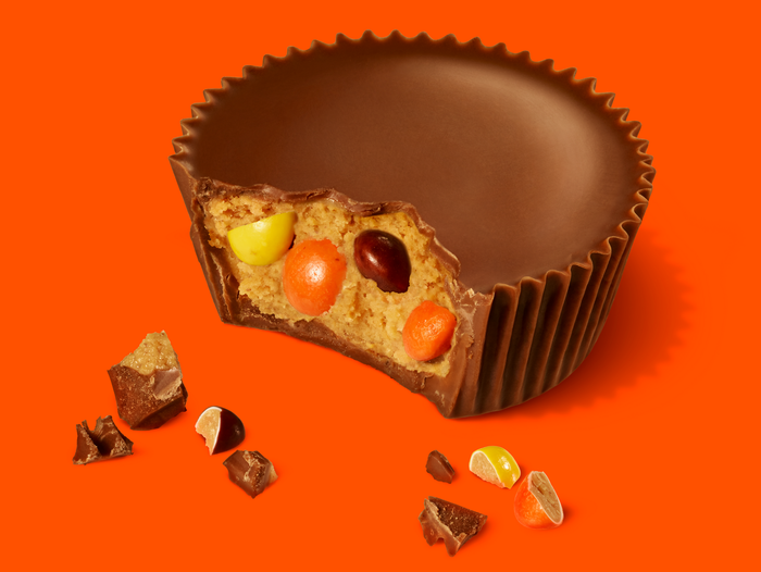Image of World's Largest REESE'S Peanut Butter Cups Filled with REESE'S PIECES Candies [1 lb. bar] Packaging