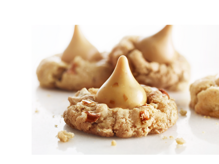 Image of HERSHEY'S Gold KISSES with Pretzels in Carmelized Crème Packaging